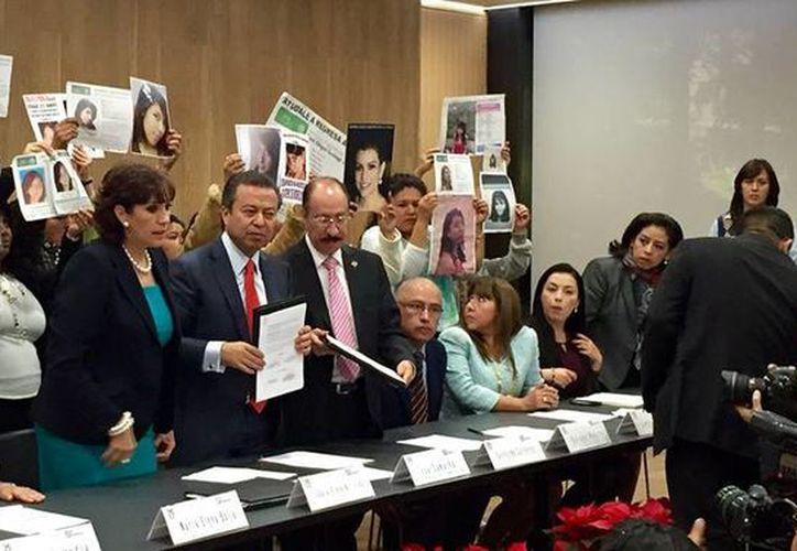 César Camacho firmó a nombre del PRI un convenio con organizaciones dedicadas a la búsqueda de personas desaparecidas. (Facebook/César Camacho)