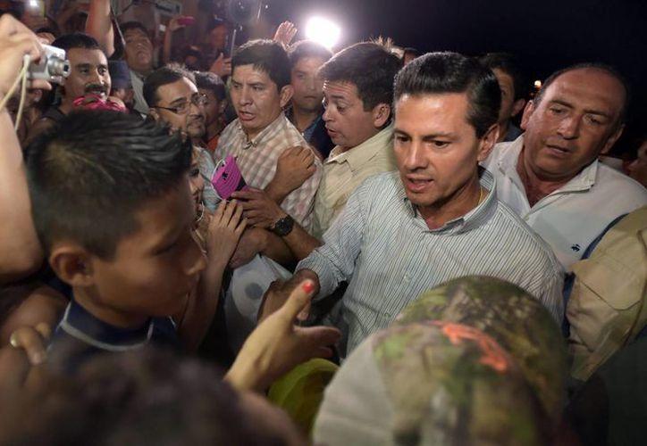 El presidente Enrique Peña Nieto, arribó anoche a Coahuila, para realizar un recorrido por las zonas afectadas por el paso de un tornado en el municipio de Ciudad Acuña. (Notimex)