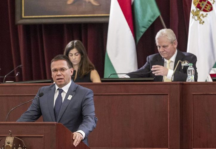 El presidente del comité organizador de la candidatura olímpica de Budapest, Balazs Furjes, anuncia ante la Asamblea General de la capital húngara, el retiro de dicha aspiración. (AP)