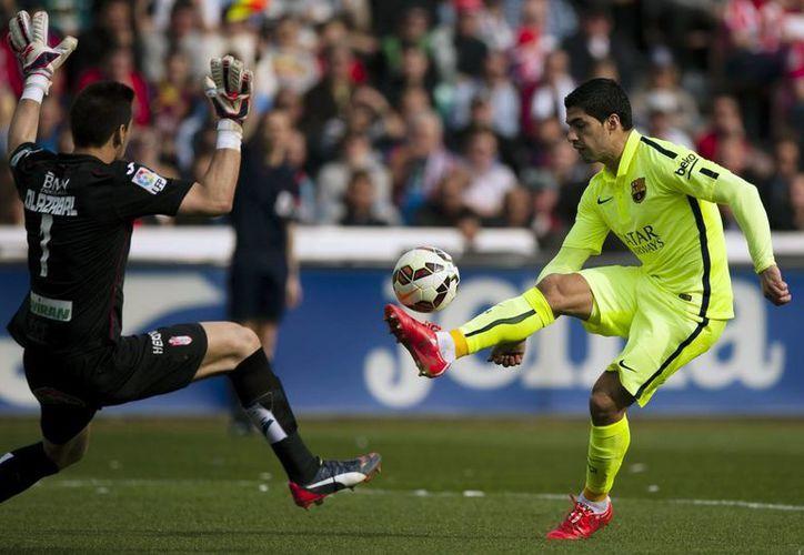 Luis Suárez anotó un gol y dio los pases para los goles de Lionel Messi e Ivan Rakitic, en el triunfo por 3-1 del Barza sobre Granada en la Liga de España. (Foto: AP)