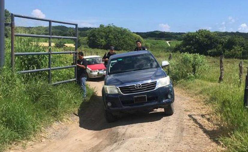 La Fiscalía tiene apenas unos cinco mil casos de desaparecidos, pero los colectivos de familias de las víctimas aseguran que son más de 28 mil. Imagen de contexto de un vehículo oficial en una de las fosas encontradas en Veracruz. (Milenio)