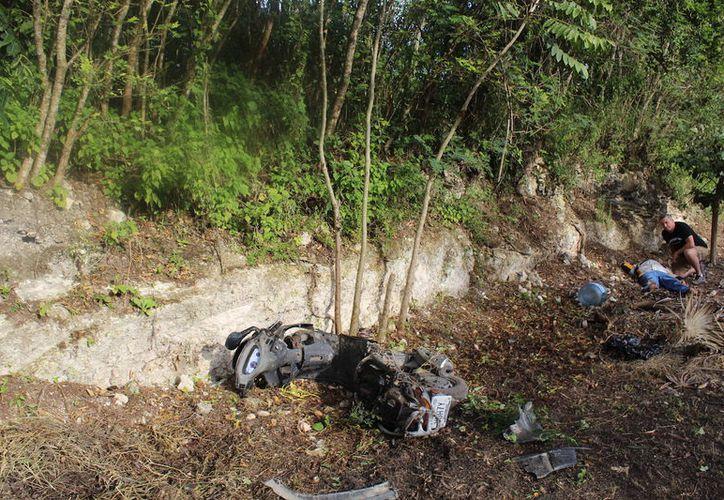 Las hojas secas amortiguaron el golpe del motociclista arrollado por la camioneta. (Foto: Redacción/SIPSE)