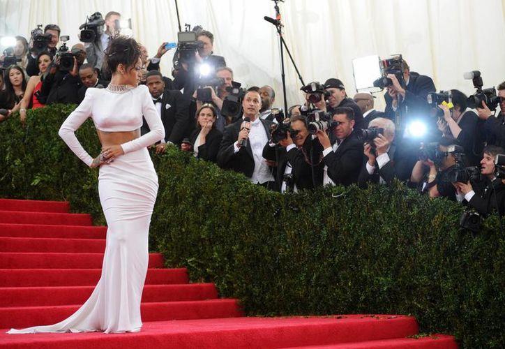 La cantante Rihanna al llegar al Museo Metropolitano de Arte de NY a la gala más importante de la moda en EU. (AP)