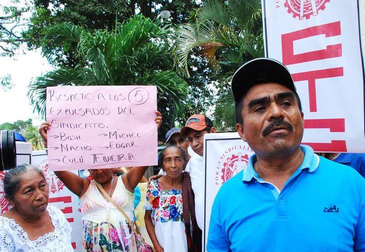 En protesta acusan a Lorenzo Acevedo de favorecer a familiares con placas.
