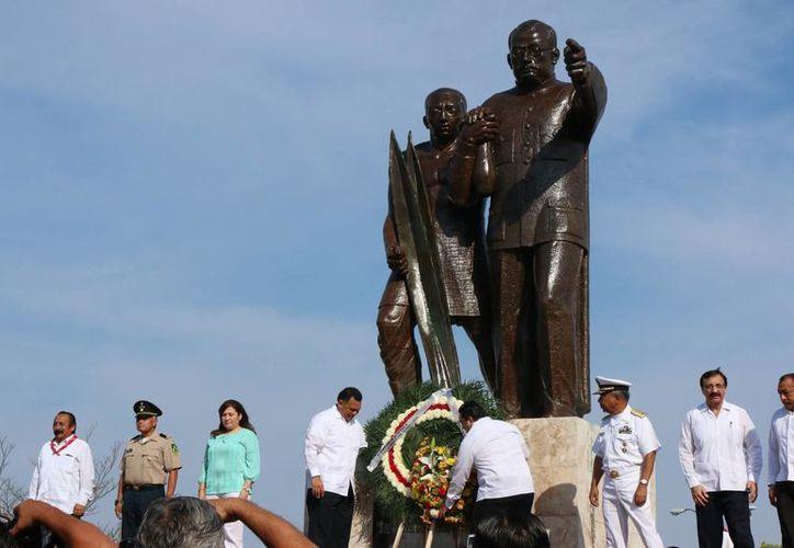Autoridades de gobierno presididas por el mandatario estatal Rolando Zapata durante la conmemoración de los 101 años de la entrada a Mérida del Ejército Constitucionalista del general Salvador Alvarado. (José Acosta/Milenio Novedades)