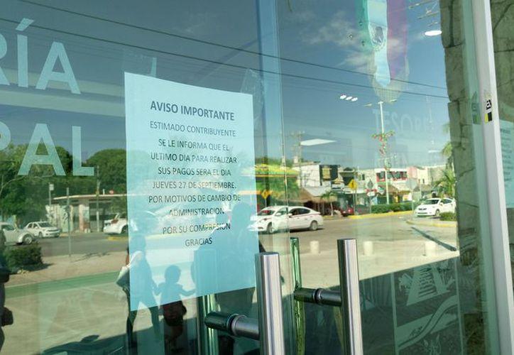 """El aviso a las puertas de la Tesorería Municipal indica """"que el último día para realizar sus pagos será el 27 de septiembre''. (Sara Cauich/ SIPSE)"""