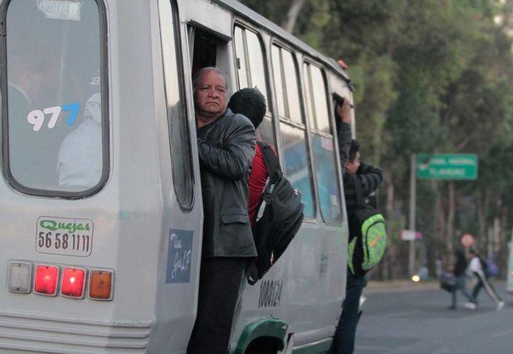 El jefe de Gobierno de la Ciudad de México dijo que los microbuses que se retiren de circulación serán destruidos para evitar que se vendan y puedan estar circulando en otras entidades. (Archivo/Notimex)