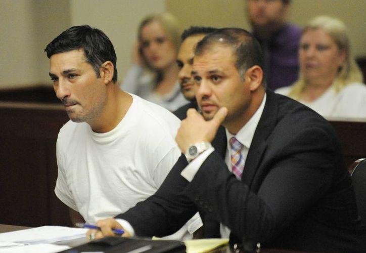 Baseel Abdul-Amir Saad (i) fue sujeto a proceso en una corte de Livonia, a menos de 16 kilómetros de donde fue enterrado el árbitro John Bieniewicz. (AP)