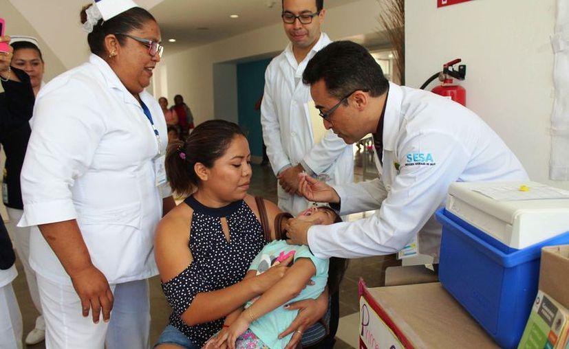 Aproximadamente 100 niños recibieron alguna vacuna en la mañana de ayer. (Octavio Martínez/SIPSE)
