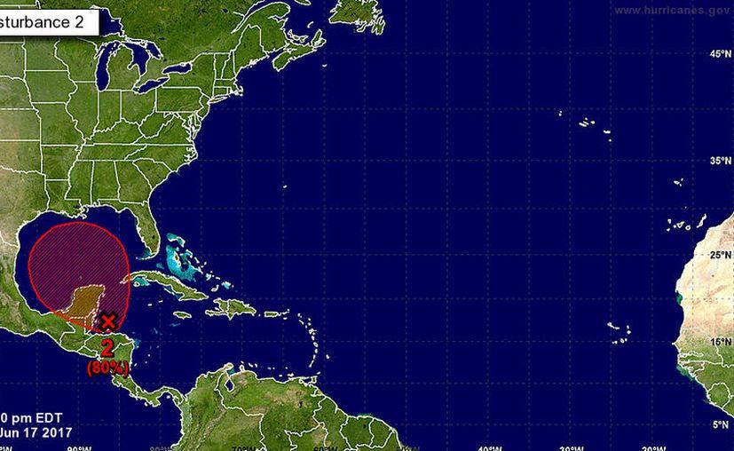 Existe 80 por ciento de probabilidad de la formación de esta depresión tropical en los próximos días. (Centro Nacional de Huracanes de Miami)