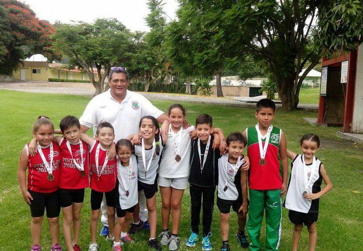 El yucateco Alan Gutiérrez (segundo de izquierda a derecha) nunca había participado en el pentatlón de Oaxtepec, pero lo ganó. (Milenio Novedades)