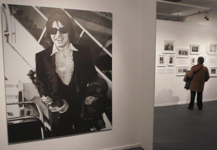 Visitantes recorren una muestra acerca del músico Sandro en el Centro Cultural Borges de Buenos Aires. (EFE)