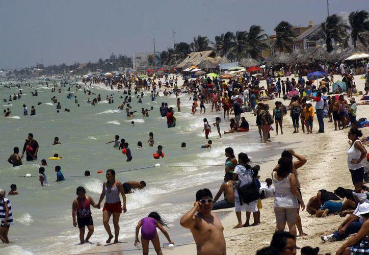 Aunque el número de bañistas no fue el esperado para el comercio, la playa lució llena de turistas. (Milenio Novedades)