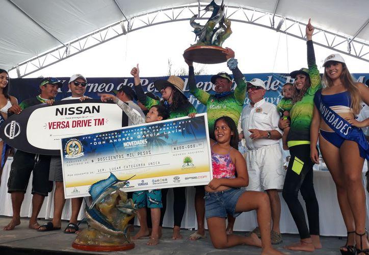 Los ganadores del primer lugar del torneo de pesca. (Israel Leal/SIPSE)