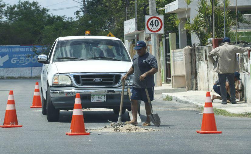 Los trabajadores de la Japay atienden los reportes de fugas. (José Acosta/Novedades Yucatán)