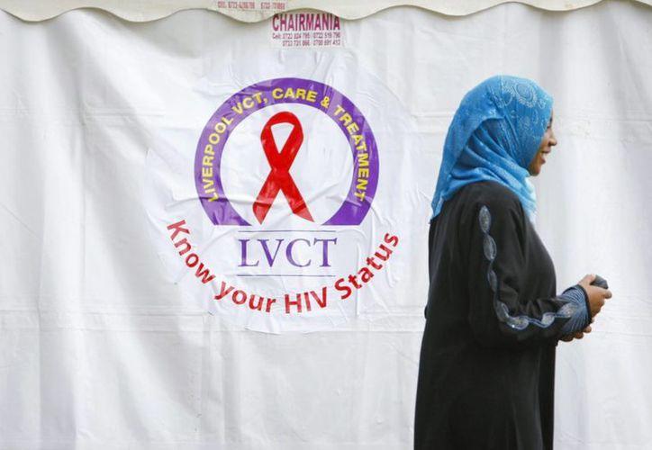 Una joven espera su turno para hacerse un análisis de sangre en Nairobi, Kenia. (Archivo/EFE)