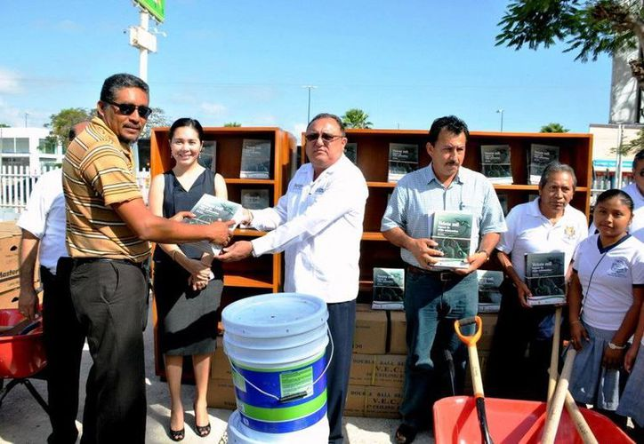 Eduardo Patrón Azueta, entregando mobiliario e implementos de jardinería. (Redacción/SIPSE)