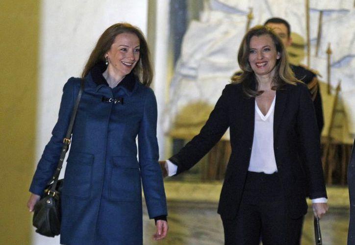 Cassez junto a Valérie Trierweiler a su llegada al palacio presidencial. (Agencias)