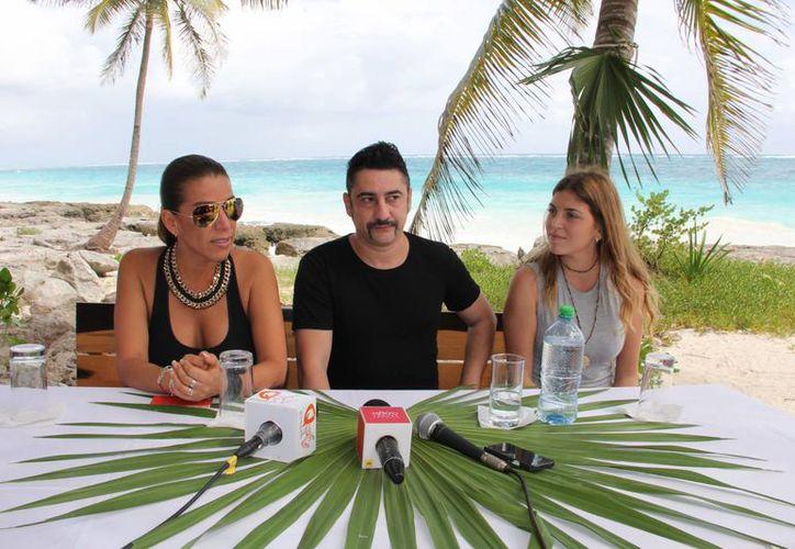 Manuel Albarrán  anunció en conferencia de prensa los pormenores de lo que será su presentación para este evento de modas. (Rossy López/SIPSE)