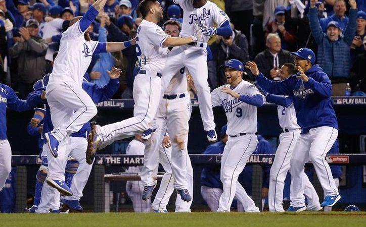 Reales de Kansas City celebran el primer triunfo en la Serie Mundial 2015 frente a Mets de Nueva York. (AP)