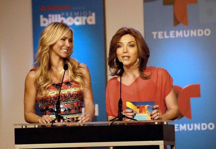 Laura Flores (d) y Aylín Mujica, durante la ceremonia de la lista anunciada de los finalistas a los Premios Billboard de la Música Latina 2014. (Foto de archivo de Notimex)