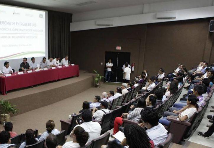 """Se llevó a cabo la entrega de estímulos económicos  y constancias a un total de 88 jóvenes estudiantes que participaron en los programas """"Asistente de Investigador"""". (Redacción/SIPSE)"""