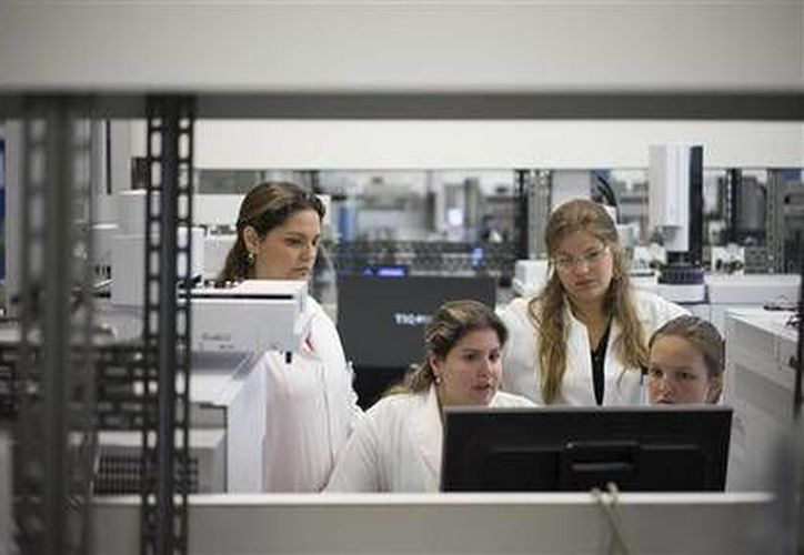 Técnicas de laboratorio trabajan en el laboratorio antidopaje de Brasil (AP)