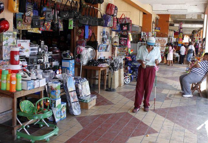 Por lo menos 40 establecimientos de diferentes giros que han cerrado sus puertas en el mercado. (Francisco Sansores/SIPSE)
