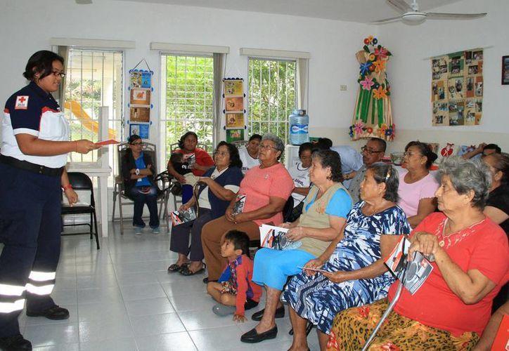Aspecto de la capacitación a los abuelos en prevención de accidentes en el hogar. (Cortesía)