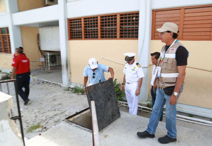 Las autoridades verificaron las instalaciones de los planteles escolares. (Paola Chiomante/SIPSE)