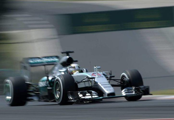 Hamilton logró en Hungría su quinta 'pole' consecutiva, en la foto, el piloto británico Lewis Hamilton, de Mercedes durante las pruebas de práctica. (EFE)