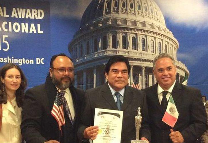 El tesorero municipal de Cozumel, Antonio Baduy Moscoso recibió un premio internacional por su buen desempeño. (Cortesía)