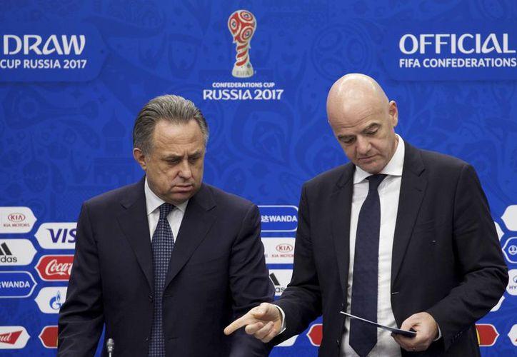 Según el mandamás de la FIFA, Gianni Infantino (d) aún se debate si realizar la Copa Confederaciones previo al Mundial de Catar. (AP)