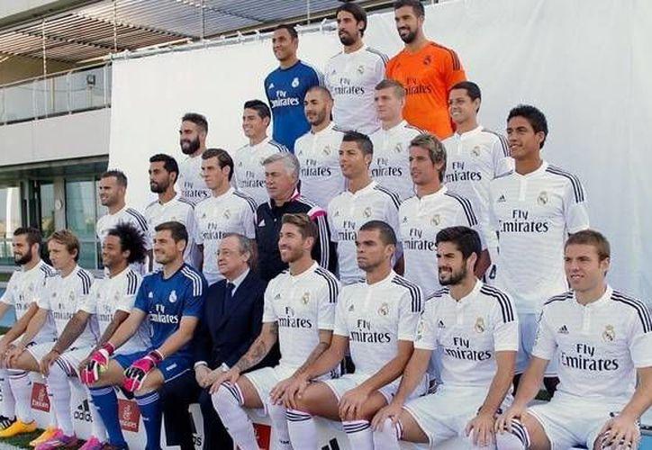 En la foto oficial del Real Madrid el delantero mexicano Javier Hernández, Chicharito, aparece en la segunda fila, de arriba a abajo. (realmadrid.com)
