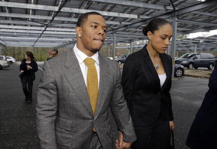 Ray Rice con su esposa durante su arribo a la Corte criminal de Atlantic City. (Foto: AP)