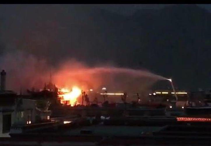 No se informó de lesionados, pero se temen daños graves en el sitio religioso. (Foto:@evazhengll)
