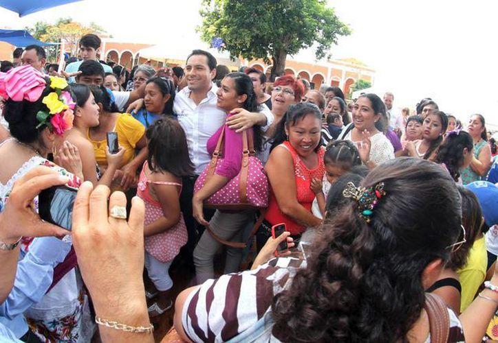 Mauricio Vila convive con los voluntarios que serán representantes del PAN en las casillas durante la jornada electoral del 7 de junio. (SIPSE)