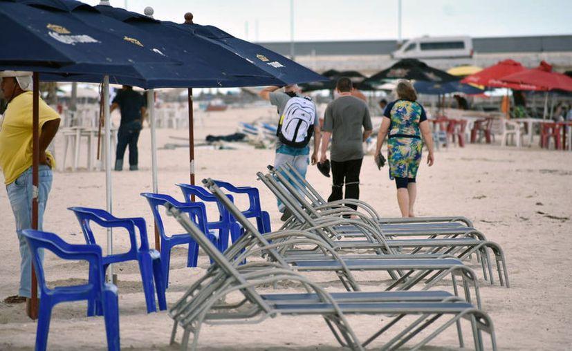 A causa del mal tiempo, pocos turistas se quedaron en el malecón de Progreso. (Gerardo Keb/Novedades Yucatán)