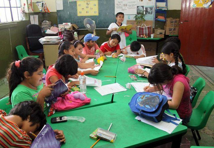 Combaten el rezago escolar con un diplomado a maestros de Educación Indígena para actualizarlos en la diversidad cultural del pueblo maya. Imagen de un salón de clases. (Milenio Novedades)
