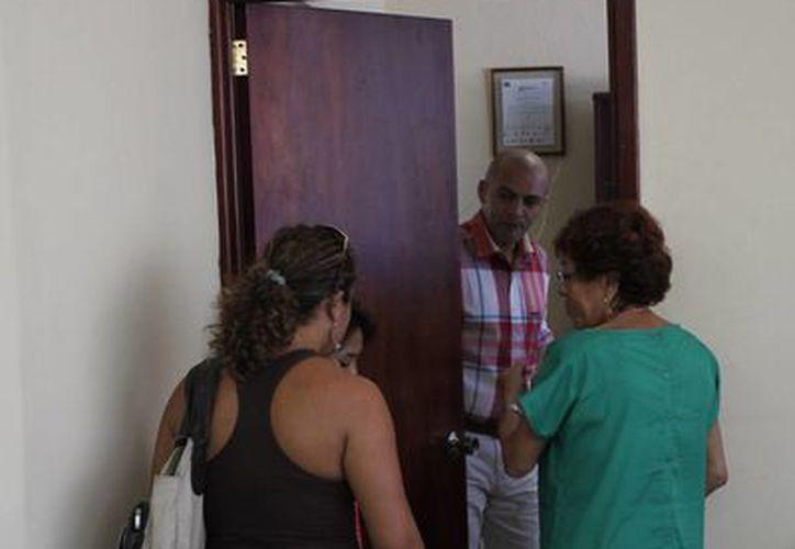 Las madres de los destacados atletas se reunieron con el oficial mayor del Ayuntamiento. (Harold Alcocer/SIPSE)