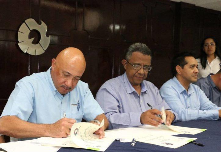 Mario Can Marín, presidente local de la Canacintra y José de Jesús Williams, rector de la Uady, firmaron un convenio de colaboración. (SIPSE)