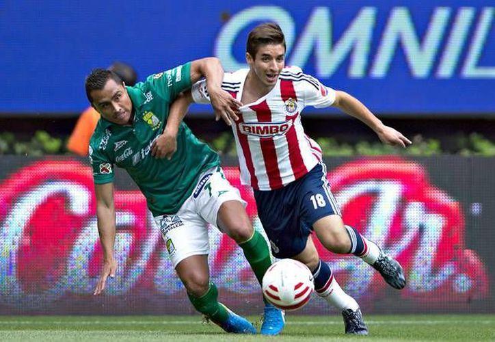 Las Chivas rayadas del Guadalajara y los Esmerandas de León chocan este domingo en punto del medio día en el Estadio Omnilife. (Archivo Mexsport)
