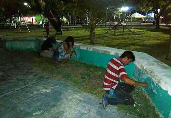 Vecinos se dieron cita en el lugar y comenzaron la rehabilitación, recogiendo basura, limpiando y pintando. (Foto: Carlos Castillo/SIPSE)