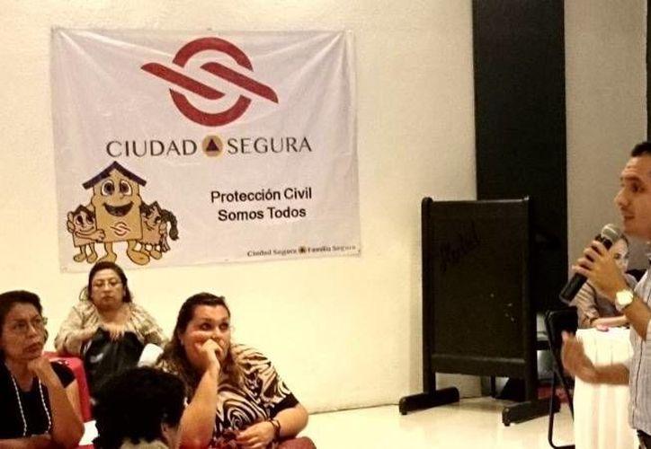 El regidor Rubén Segura Pérez durante una de las reuniones de su programa 'Ciudad Segura'. (SIPSE)