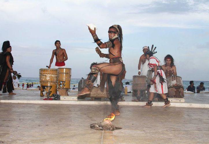 Los danzantes prehispánicos que se presentan en el Portal Maya ofrecerán un curso de verano gratuito. (Octavio Martínez/SIPSE)