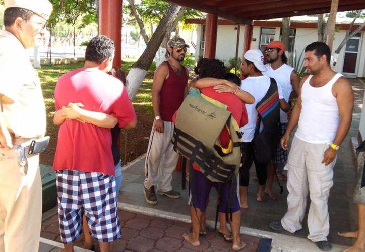 Cinco pescadores que naufragaron fueron rescatados en costas de Chelem. (Foto cortesía del Gobierno de Yucatán)