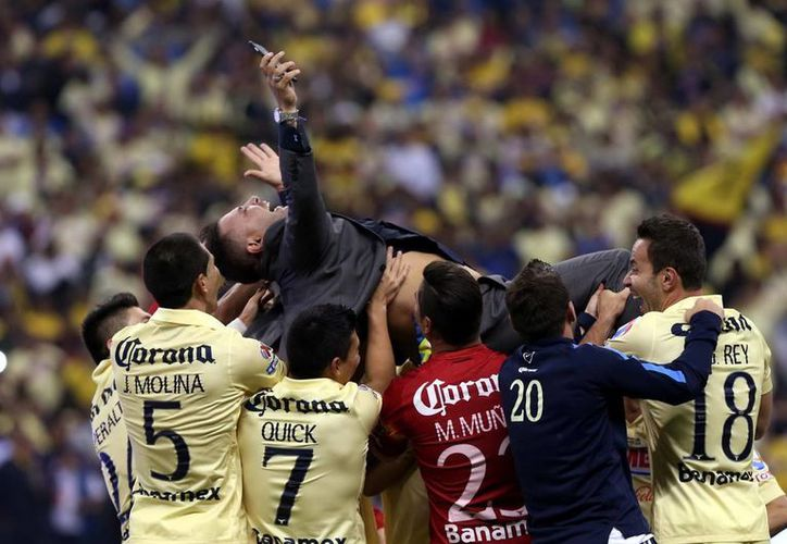 El club América, que en la foto celebra la obtención del más reciente título del Futbol Mexicano, es uno de los equipos que contará con hasta 11 jugadores no nacidos en México en su plantilla. (Notimex)