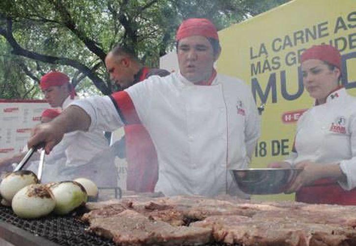 La carne asada es un platillo que identifica a los norteños. (Milenio Monterrey)