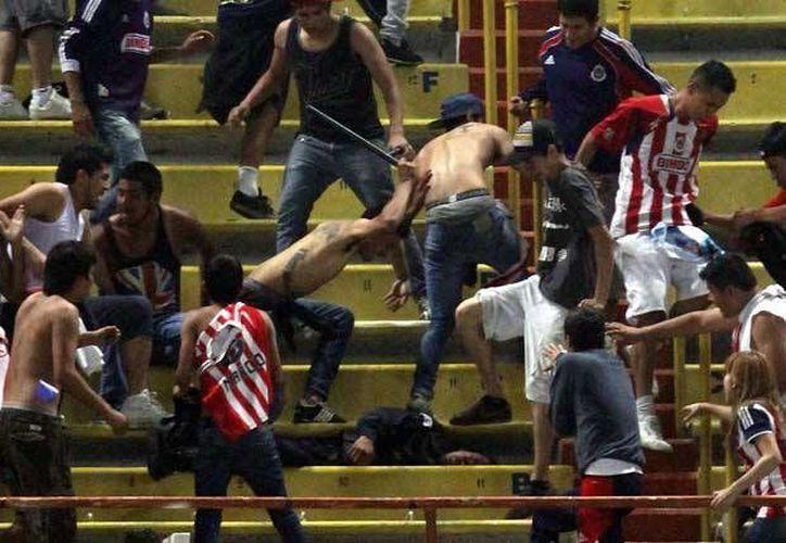 Violencia en el estadio Jalisco durante el clásico tapatío, en el partido del sábado 22 de marzo. (siete42.mx)