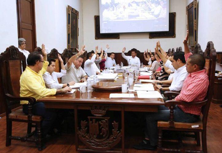 Aspecto de la sesión del Cabildo de Mérida en la que regidores del PRI rechazaron la integración del Tribunal de lo Contencioso Administrativo. (Cortesía)